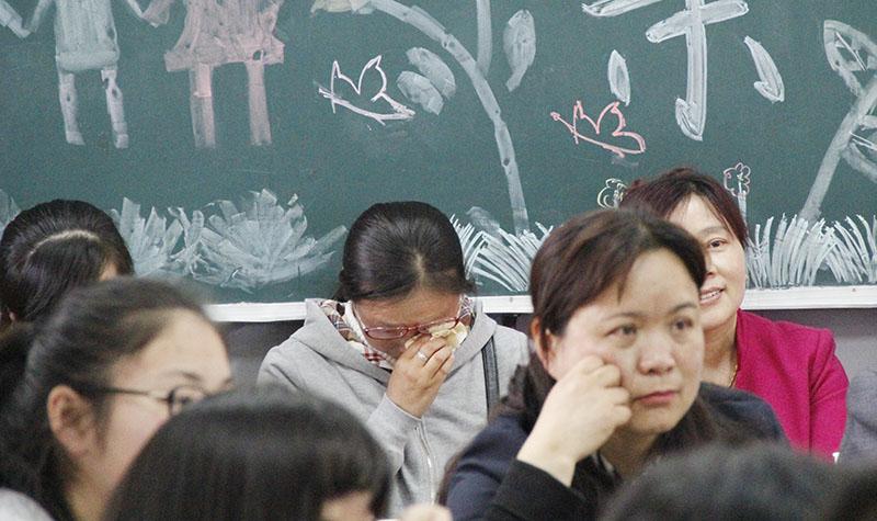 """高二年级举行""""温馨五月天,感恩母亲节""""主题班会活动"""