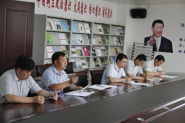 """我校召开""""小手拉大手、共建文明城""""活动专题会议"""