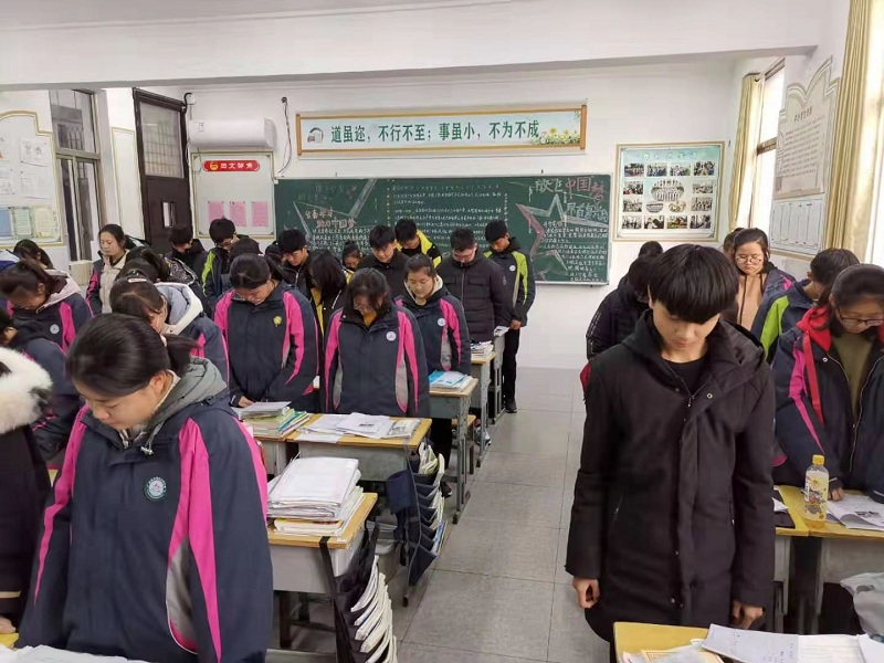 我校举行南京大屠杀遇难同胞国家公祭日主题班团活动