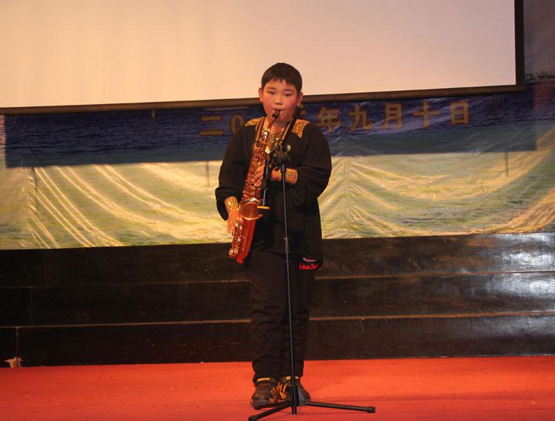 萨克斯独奏《月亮代表我的心》,表演者:虞耀-初一年级文艺汇演掠