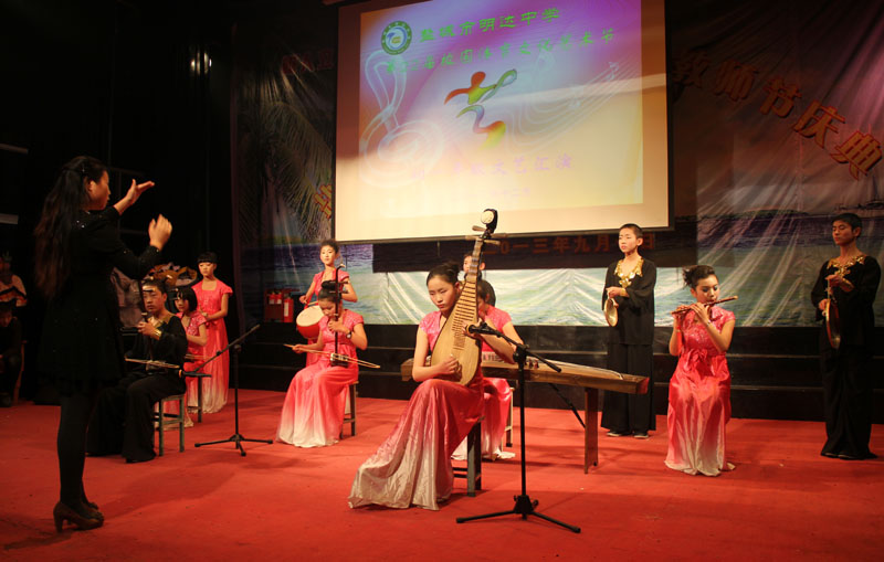 民乐合奏《金蛇狂舞》,表演者:初一年级民乐队,指挥:吴蓓蓓